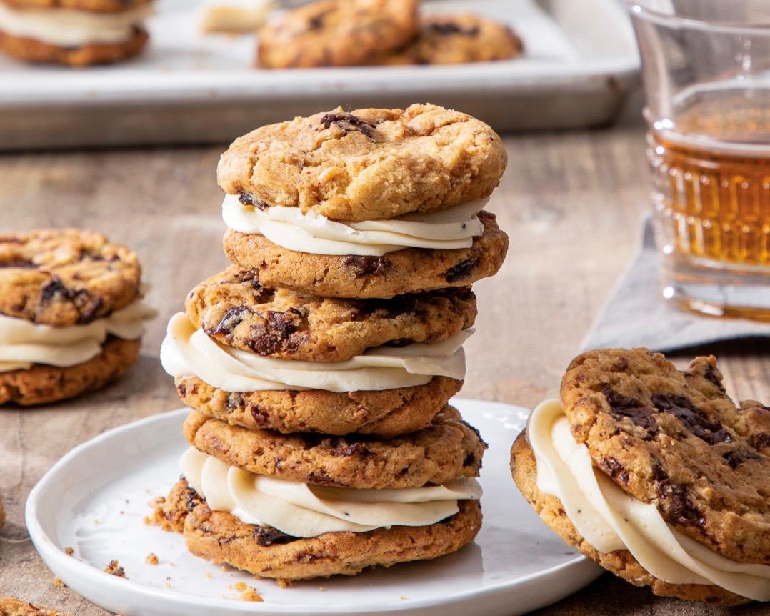 Cookies de sanduíche com manteiga de chocolate e cereja com creme de manteiga de uísque 1